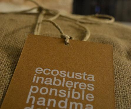 packaging prodotto. yuta riciclata + spago + hangtag in cartoncino fibrato naturale gr 650 con serigrafia all'acqua ad 1  colore. assemblaggio handmad