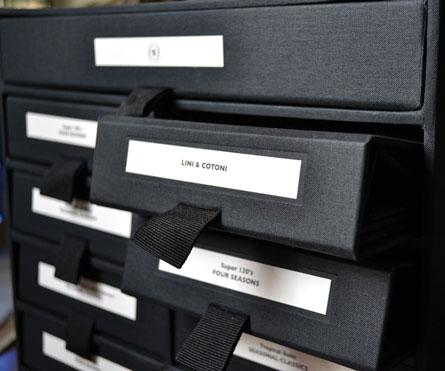box con bunch portatessuti rivestiti in tela nera corporate Vakko, applicazione plance stampate ad 1 colore