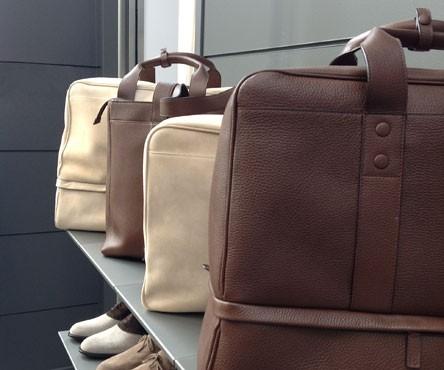 bags view. serie borse in suede naturale e pelle marrone.